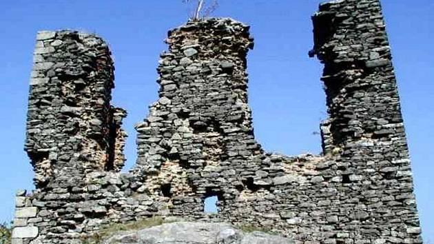 Západní průčelí obytné věže zříceniny hradu Andělská Hora.
