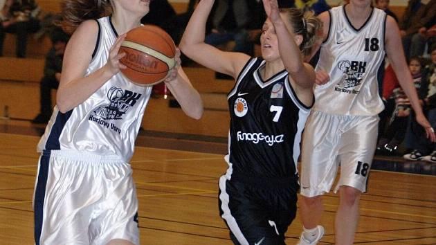 Pět kol před koncem skupiny A2 ztrácí karlovarská děvčata na Hradec Králové dva body.