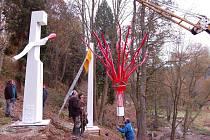 Instalace šesti soch do botanické zahrady v Bečově nad Teplou.