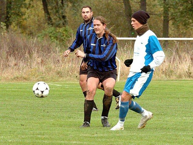 Vojkovice (bílomodrém) si v domácím prostředí vylepšily bilanci, tentokrát porazily tým Hájku (v modrém) 4:2