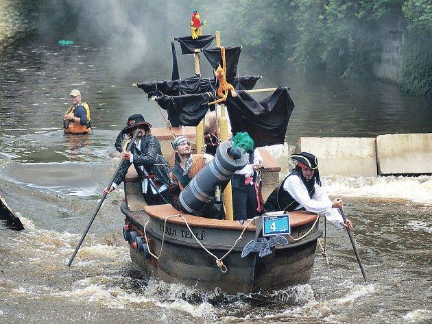 Karneval na vodě. Zrušením závodu Kanoe Mattoni přišly lázně také o atraktivní podívanou v podobě vodního karnevalu. Na snímku vítězná pirátská loď z předloňského ročníku.