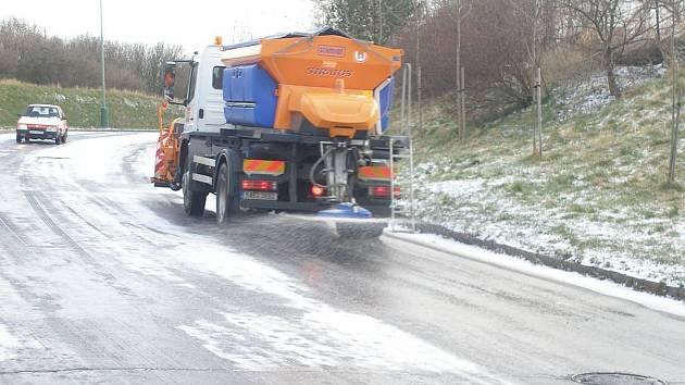 Sněhové přeháňky by podle předpovědí měly vydržet ještě několik dní. Silničáři i úklidové firmy jsou v pohotovosti.