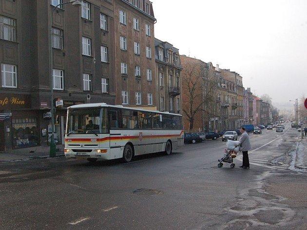 PŮL ROKU PŘED REKONSTRUKCÍ. Sokolovská ulice v Karlových Varech projde v druhé polovině roku rozsáhlou opravou. Přibudou také kruhové křižovatky.