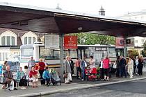 U Tržnice už funguje původní nástupiště. Zákaz vjezdu automobilů ale stále platí.