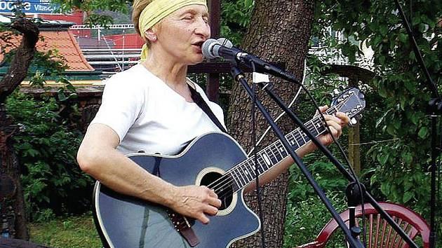 Svébytná autorka, zpěvačka a kytaristka Dagmar Voňková Andrtová představí především písně ze svého nedávno vydaného alba Slunci ležím v rukou.