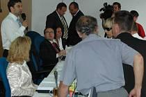 Dohadovací řízení? Ne, oddychový čas ODS. Během projednávání prodeje Severky si vzala ODS nečekaně oddychový čas. Zastupitelé z ostatních stran nechápali, co se to v sálu děje.