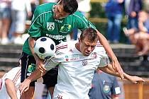 Petr Knakal (v zeleném) patří k oporám zadních řad sokolovského Baníku. Znám je především svou tvrdostí v rámci fair play, ale také univerzálností.