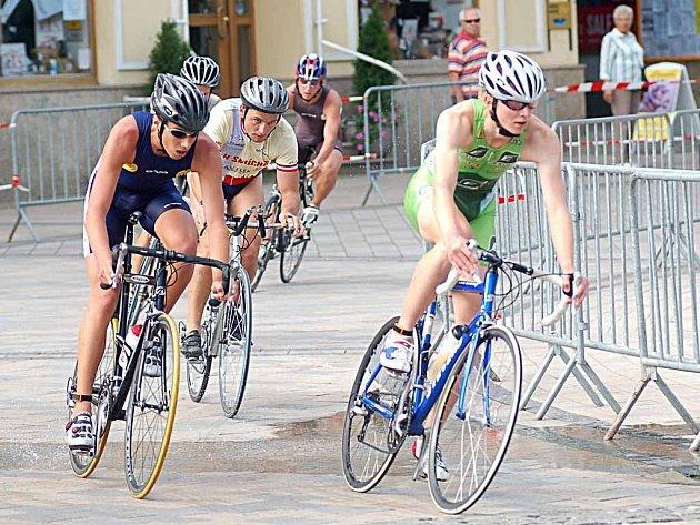 Závodníci City Triathlonu projížděli centrem města.