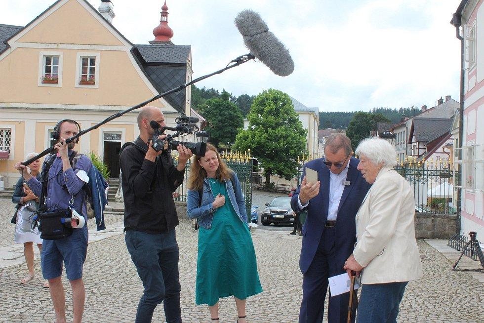 Christian Friedrich Beaufort Spontini s místní pamětnicí Annou Rajserovou a Theodorou Remundovou.