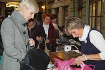 KABELKY, KAM SE PODÍVÁŠ. Veletrh kabelek v Becherplatzu na pomoc hospitalizovaným dětem se podařil. Vše zorganizovala Helena Tomanová (první foto první zprava) a za celý víkend si téměř nesedla. Akce ale nekončí. Kabelky můžete darovat stále.