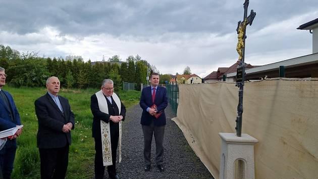 Nový kříž stojí na hranici mezi Karlovými Vary a Jenišovem.