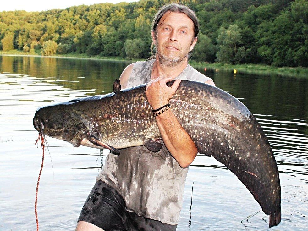 Úspěšný rybář z Nejdku se svým kapitálním úlovkem.