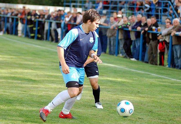 V předkole fotbalového Ondrášovka Cupu se z postupu a z výhry radovali fotbalisté divizního Slavoje Žatec (ve žlutém), kteří pokořili FK Nejdek (v modrém) v poměru 6:3.
