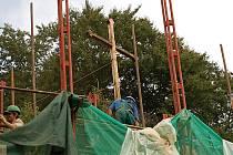 Holý kříž. Reliéf Krista na kříži, symbol lázní, vandalové zničili. Památník byl po normalizaci nad domem Tři vlaštovky znovu vztyčen v roce 1990. Dnes zde není ani Kristus, ani Tři vlaštovky.