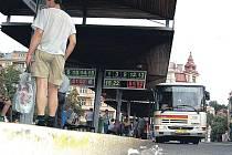 Přes překážky. Zdolat obrubník nástupního ostrůvku u karlovarské tržnice je často nad síly vozíčkářů. Magistrát chystá nápravu