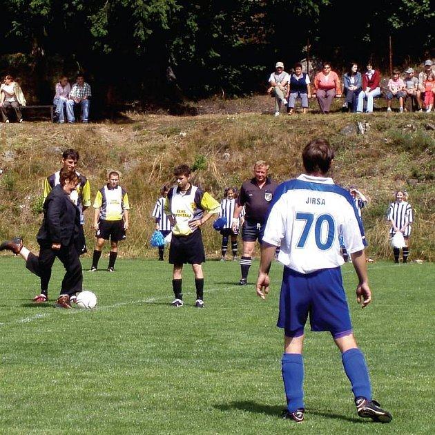 Bečovští fotbalisté mají od soboty opravené hřiště. Slavnostního výkopu se ujala starostka Olga Haláková.