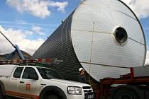 TANK NA KOLECH. Nádoba na vaření piva opustila 28. února ráno lovosický přístav.