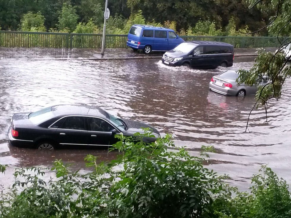 Bouřka s přívalovým deštěm proměnila křižovatku za Chebským mostem v jezero.