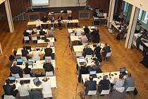 Jednání karlovarského zastupitelstva v Lidovém domě.