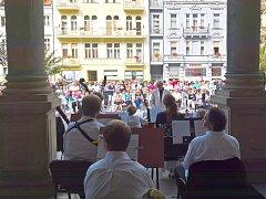 Zájem o kolonádní koncerty pořádané na Mlýnské kolonádě byl mezi veřejností velký.