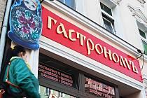 Cizojazyčné nápisy v Karlových Varech leží mnoha lidem takříkajíc v žaludku.