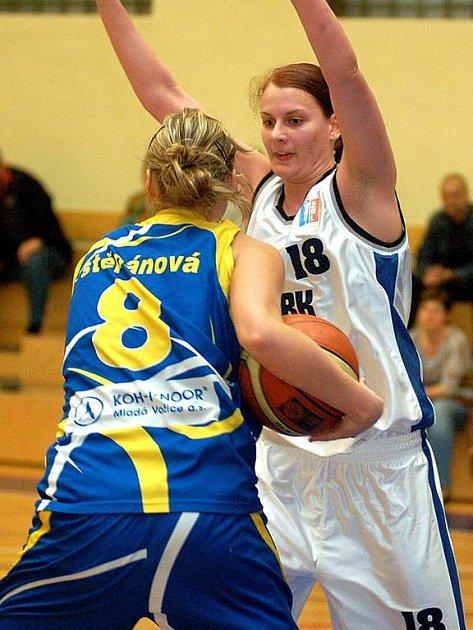 Lenka Větrovcová (v bílém) by měla patřit k největším oporám karlovarské Lokomotivy v nové sezoně.
