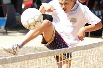 Zajímavé momenty byly v sobotním dopoledni k vidění na velichovském nohejbalovém turnaji. Hráči dávali do utkání všechny síly.