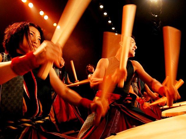 Yamato. Japonský bubenický soubor předvedl skvělý výkon. Publikum tleskalo téměř nonstop.