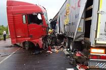 Krátce po poledni se srazila dvě nákladní auta na obchvatu Velké Hleďsebe u Mariánských Lázní.