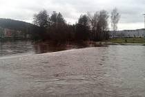 V Karlovarském kraji přestalo pršet a ochladilo se. Hladiny řek se vracejí k normálu. Na snímku Ohře v Tuhnicích.