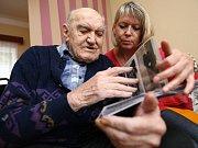 AKTIVNÍ SENIOŘI. Projekt Senior pas, který připravuje Karlovarský kraj, nabídne starším lidem řadu výhod.
