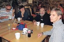 Janu Horníkovi (zcela vpravo) přišli mezi jinými pogratulovat (zprava) Jiří Klsák (na Božím Daru byl náhodou), Jitka Salajková Peřina a její manžel Jiří.
