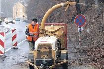 Ještě ve středu musejí dát řidiči pozor na průjezd ulicí Na Vyhlídce. Pracovníci Lázeňských lesů zde dokončí kácení stromů nad silnicí (na snímku) a provoz zde tak bude znovu omezen.