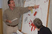 Člen stavební komise Jan Fuchs ukazuje jednu z lokalit, kterou chtěl Sedlecký kaolin v územním plánu změnit.