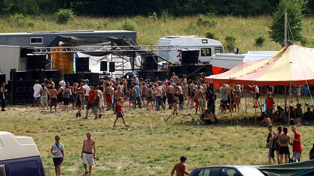 Techno párty ve vojenském újezdu Hradiště nedaleko vesničky Mašťov