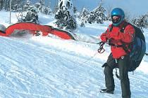 Zimní paragliding.
