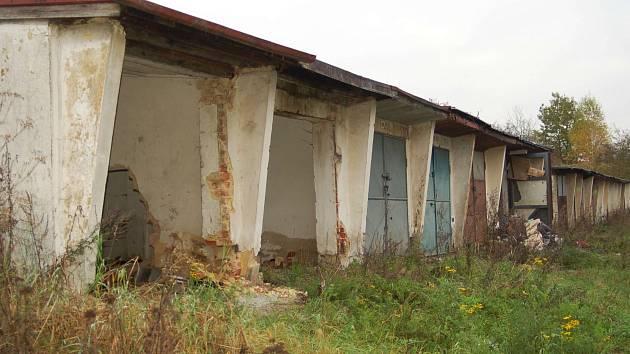 Staré garáže v karlovarské Jabloňové ulici.