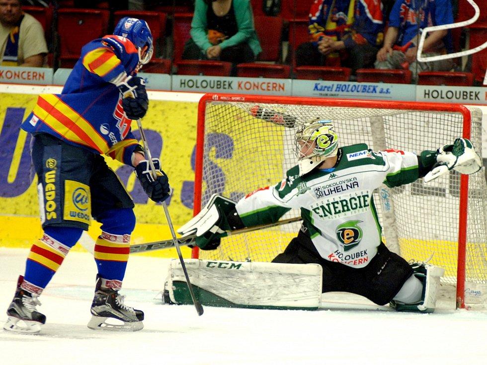 Hokejisté HC Energie (v bílém) hostili českobudějovický Motor.