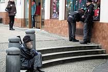 K žebrání se uchylují většinou bezdomovci, v centru Karlových Varů se jich pohybuje několik.