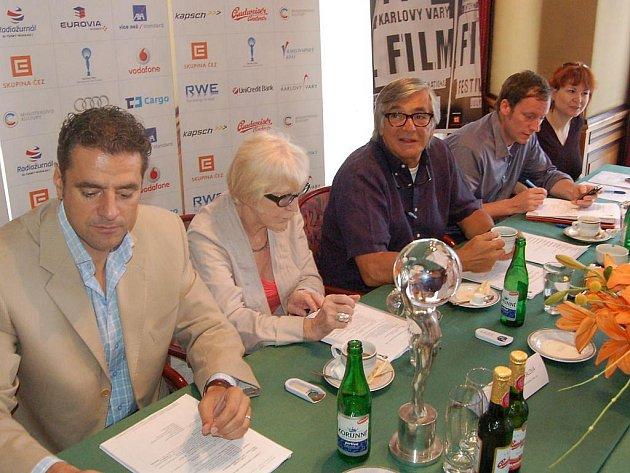 Mezinárodní filmový festival zahajuje v Karlových Varech v pátek. Jiří Bartoška a Eva Zaoralová informovali novináře o posledních horkých novinkách.