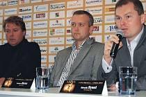 Sólista Igor Jan (vlevo), dirigent Norbert Baxa a ředitel KV Areny Zdeněk Sysel při tiskové konferenci.