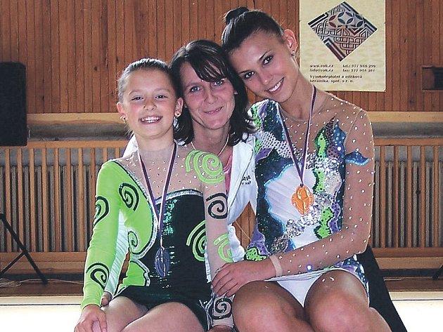 Medailistky z Plzně. Tereza Paálová (vpravo) a malá Karolínka Kousalová s trenérkou Soňou Pekárkovou (v pozadí).