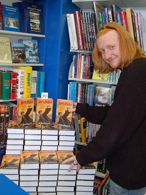 ZÁJEM JE VELKÝ. O sedmý díl Harryho Pottera je v knihkupectví v Zeyerově ulici velký zájem. Potvrdil to vedoucí prodejny Libor Vyleta. Jen za první hodinu prodeje se včera ráno prodalo více než sto výtisků knihy.