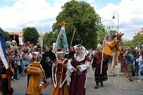 Kolombíny, obrovské loutky i umělci na chůdách. Takový byl první karlovarský karneval.