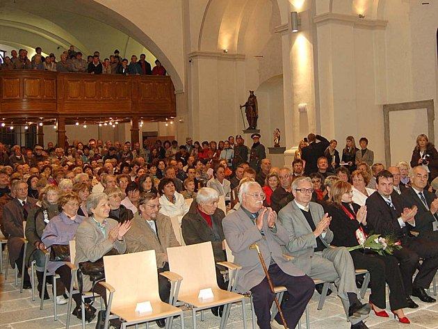 Do klášterního kostela se na slavnostní otevření historického komplexu přišly podívat stovky lidí.