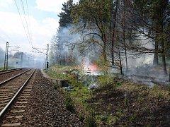 Likvidace požáru u železniční trati u Ostrova