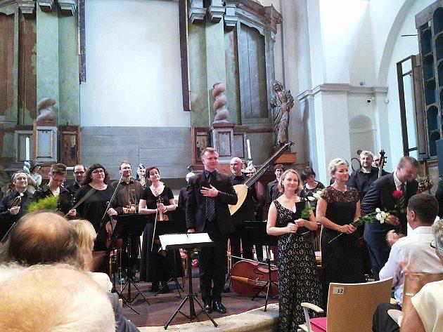 Musica Florea při závěrečném koncertu v Ostrově.