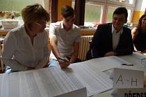Místopředsedkyně komise Eva Krenková, předseda Antonín Šimkanin a komisař Martin Čapf (zleva) počítají, kolik lidí přišlo volit.