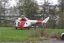 Kvůli leteckému transportu zraněného hocha zablokovali záchranáři na čas průtah městem.