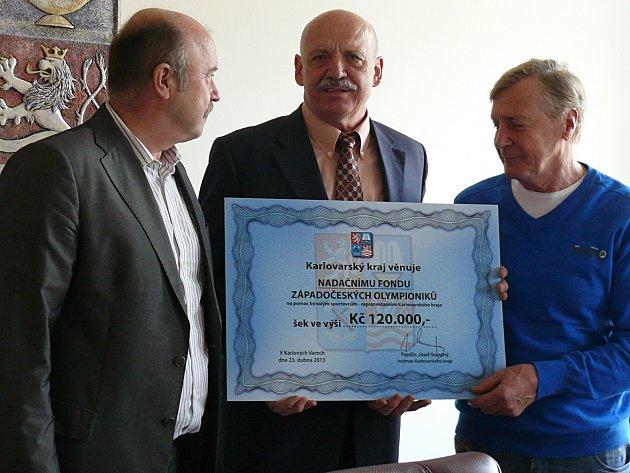 Předseda správní rady fondu Vladimír Jarý (uprostřed) přebral od vedení Karlovarského kraje symbolický šek.